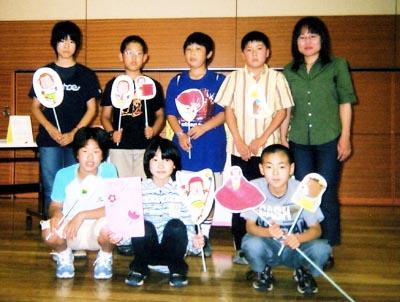 上灘小学校の児童と先生